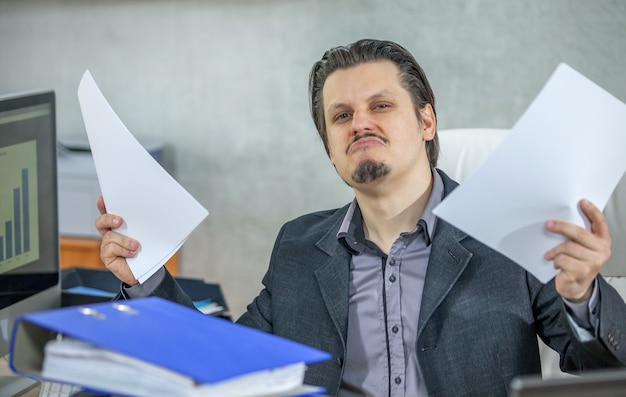 Jonge zakenman die vanuit zijn kantoor werkt
