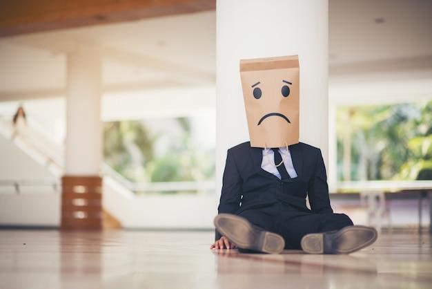 Jonge zakenman die verlaten schreeuwend verloren in depressie schreeuwt