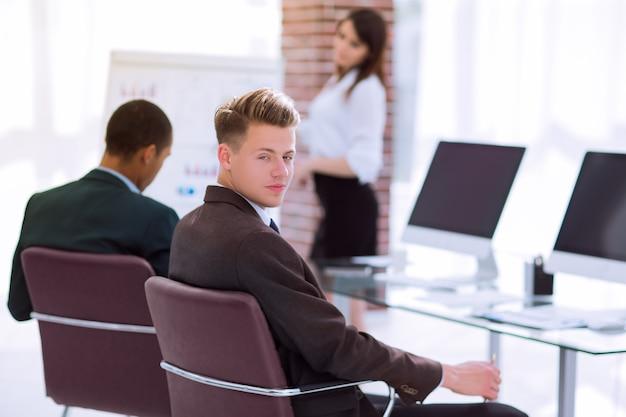 Jonge zakenman die voor een bedrijfspresentatie voorbereidingen treft