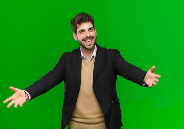 Jonge zakenman die vrolijk het geven van een warme, vriendschappelijke, houdende van welkome omhelzing glimlacht, gelukkig en aanbiddelijk voelt
