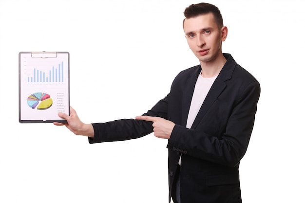 Jonge zakenman gelukkig glimlach, zakenman in elegante pak wijzen op diagram, grafiek, zakelijke grafieken, klembord, financiële businessplan, geïsoleerd houden over witte muur