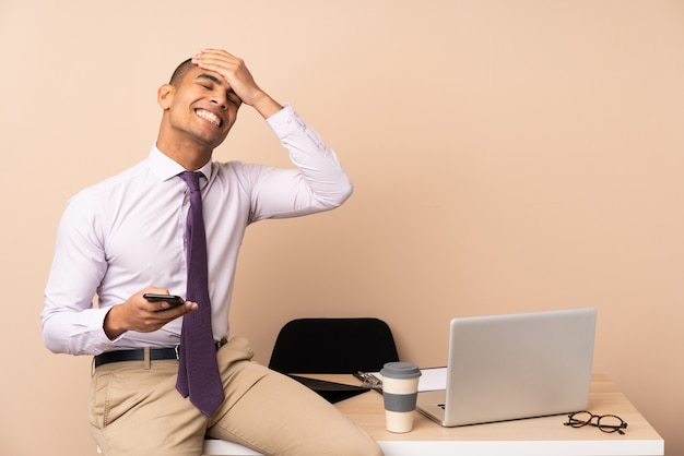 Jonge zakenman in een kantoor lachen