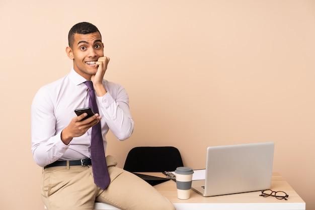 Jonge zakenman in een kantoor nerveus en bang