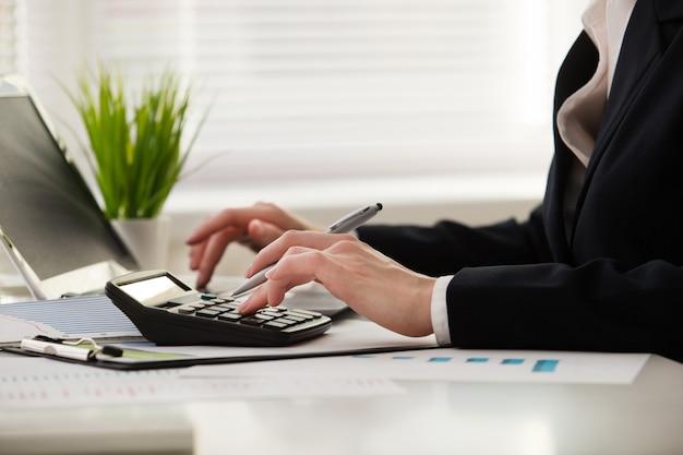 Jonge zakenman in kantoor met smartphone tablet op de werkplek
