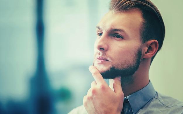 Jonge zakenman in zijn kantoor