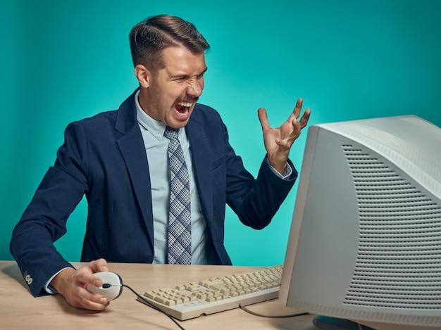 Jonge zakenman met behulp van computer op kantoor