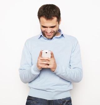 Jonge zakenman met behulp van mobiele telefoon