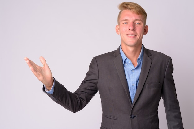 Jonge zakenman met blond haar, gekleed in pak