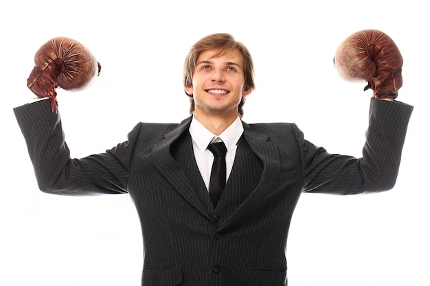 Jonge zakenman met bokshandschoenen