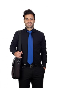 Jonge zakenman met een aktentas voor laptop die op witte achtergrond wordt geïsoleerd