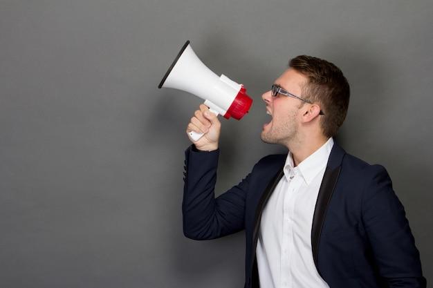 Jonge zakenman met een megafoon