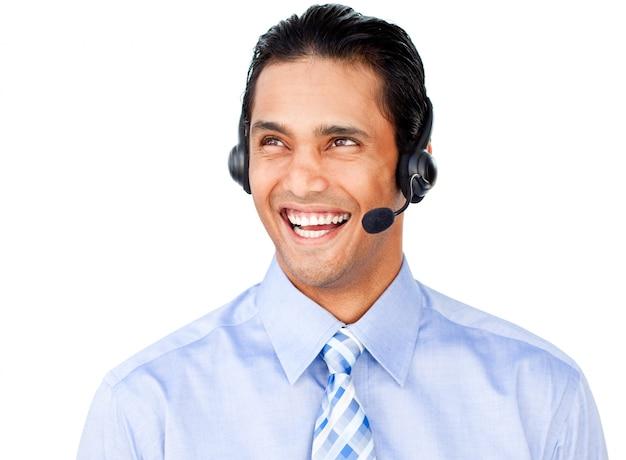 Jonge zakenman met hoofdtelefoon op