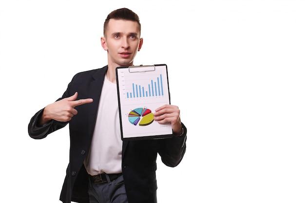 Jonge zakenman met klembord en grafieken