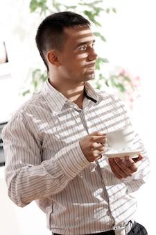Jonge zakenman met kop koffie