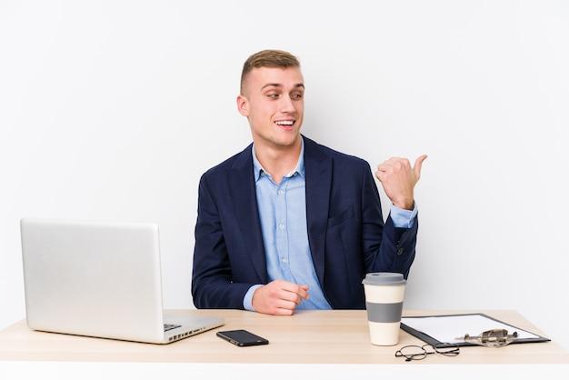 Jonge zakenman met laptop
