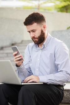 Jonge zakenman met smartphone