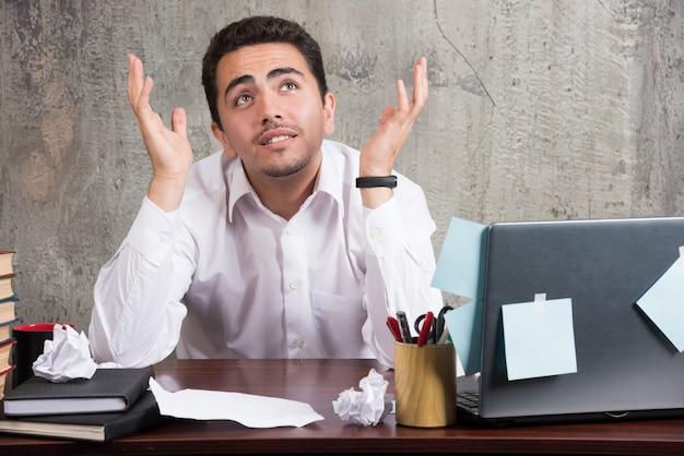Jonge zakenman met veel problemen op kantoor.