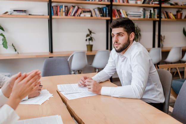 Jonge zakenman op een vergadering