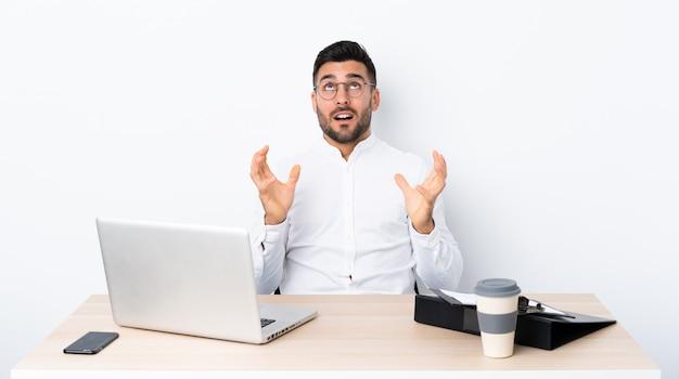 Jonge zakenman op een werkplek gefrustreerd door een slechte situatie