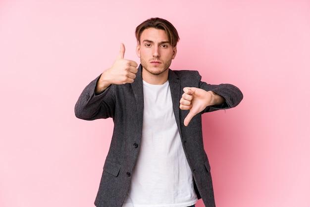 Jonge zakenman poseren tonen duimen omhoog en duimen naar beneden