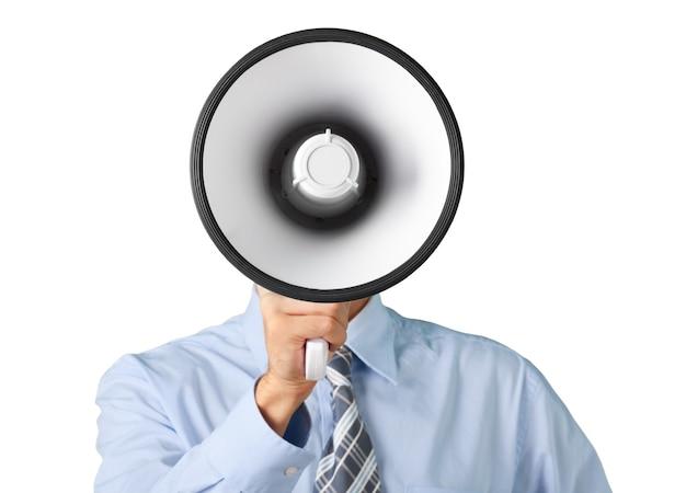 Jonge zakenman praten op de megafoon op witte achtergrond