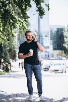 Jonge zakenman praten over de telefoon