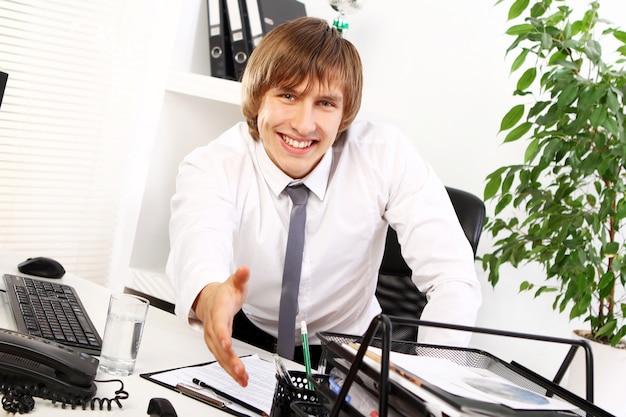Jonge zakenman verwelkomt u