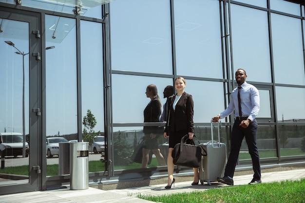 Jonge zakenman wachten op vertrek op de luchthaven, werkreis, zakelijke levensstijl.