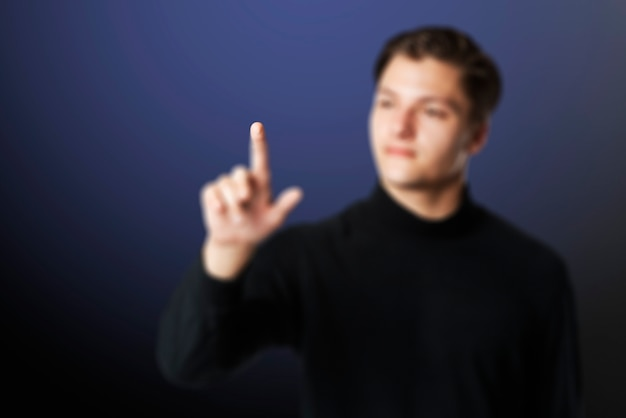 Jonge zakenmanachtergrond wat betreft onzichtbare scherm slimme technologie