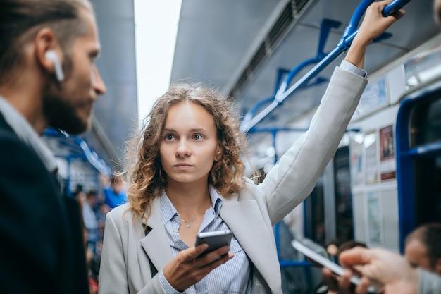 Jonge zakenmensen die in de metro reizen