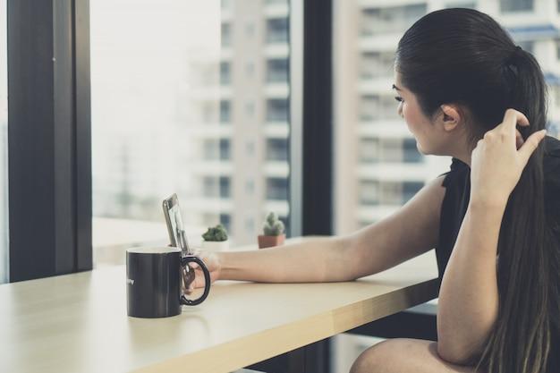 Jonge zakenmensen gebruiken smartphones om zaken te doen.