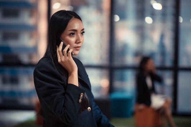 Jonge zakenmensen gebruiken smartphones
