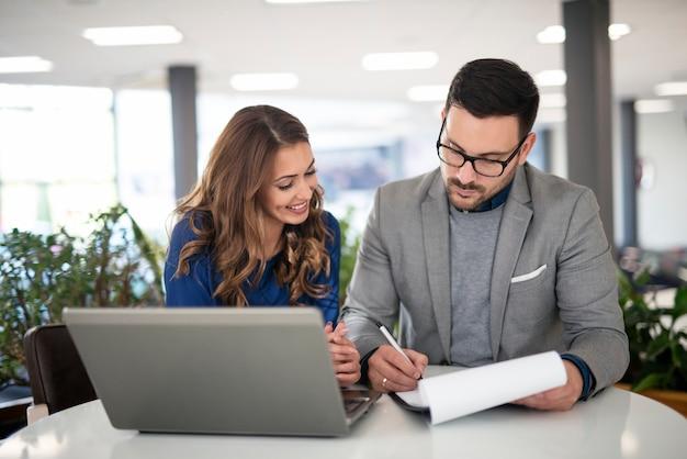 Jonge zakenmensen in moderne kantoren werken aan een oplossing en hebben bijeenkomst over nieuw project