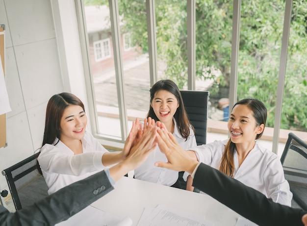 Jonge zakenmensen vieren succes