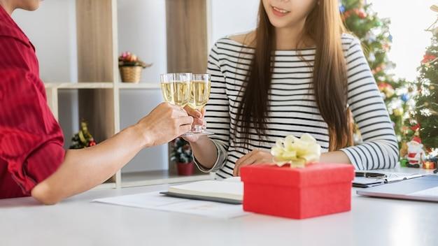 Jonge zakenmensen vieren vakantie in een modern kantoor op de laatste werkdag.