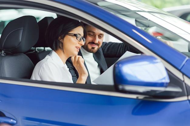 Jonge zakenmensen werken samen tijdens het reizen met de auto.