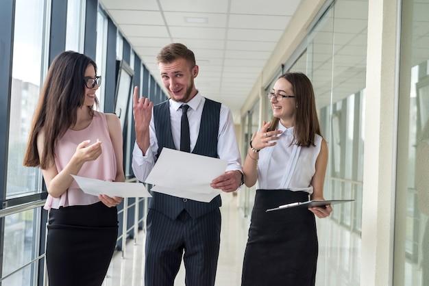 Jonge zakenpartners bespreken de indeling van een modern huis. teamwerk
