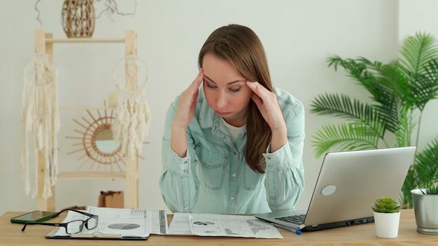 Jonge zakenvrouw aan het werk op kantoor, beklemtoond van werk, zakelijk probleem