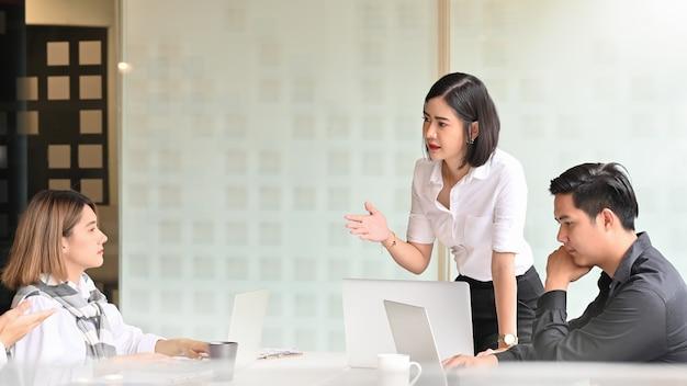 Jonge zakenvrouw aanwezig in de vergaderzaal.