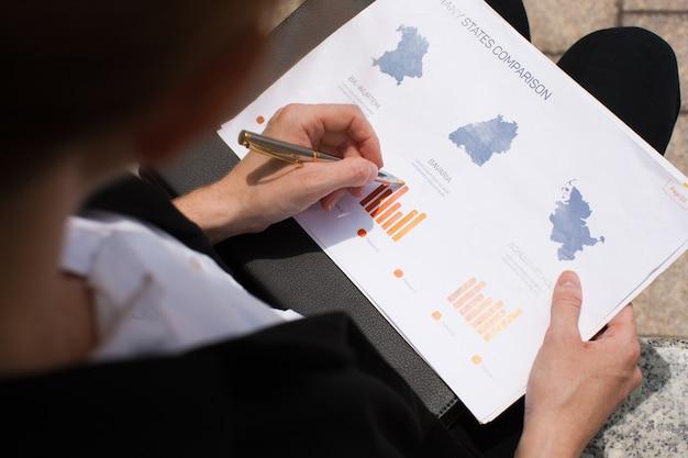 Jonge zakenvrouw analyseren financieel verslag