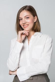 Jonge zakenvrouw denken geïsoleerd op wit