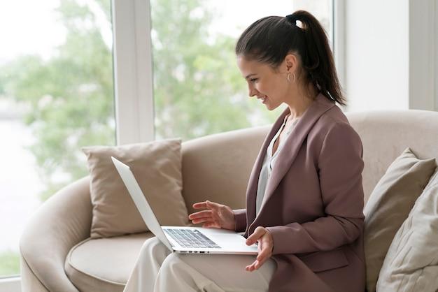 Jonge zakenvrouw die een videogesprek voert