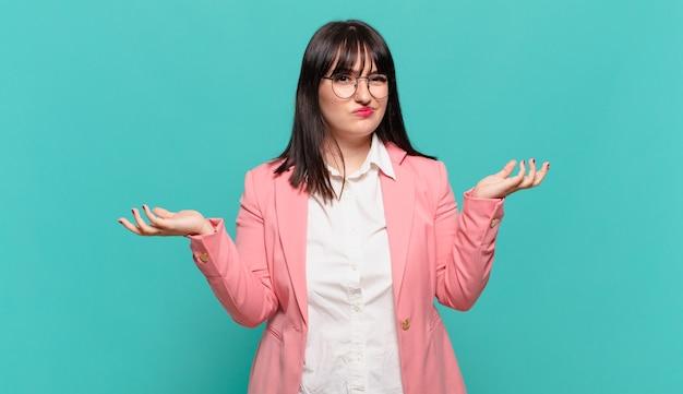 Jonge zakenvrouw die verbaasd, verward en gestrest kijkt, zich afvraagt tussen verschillende opties, zich onzeker voelt