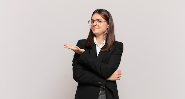 Jonge zakenvrouw die zich verward en geen idee heeft en zich afvraagt over een twijfelachtige verklaring of gedachte