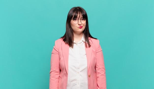 Jonge zakenvrouw die zich verward en twijfelachtig voelt, zich afvraagt of probeert te kiezen of een beslissing te nemen