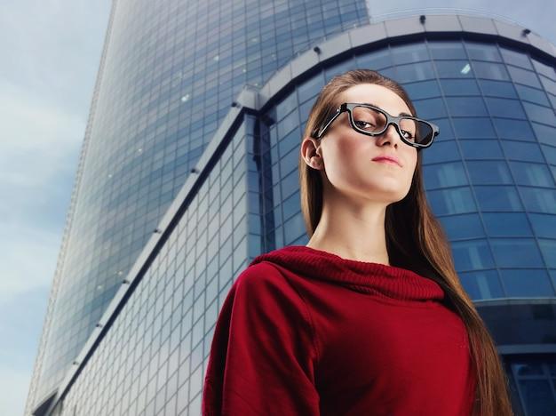 Jonge zakenvrouw draagt een bril in de stad