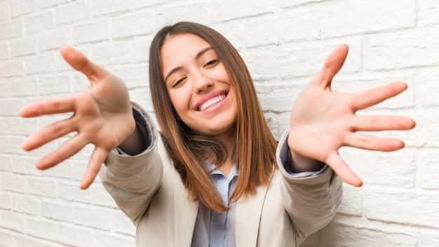 Jonge zakenvrouw erg blij met een knuffel aan de voorkant