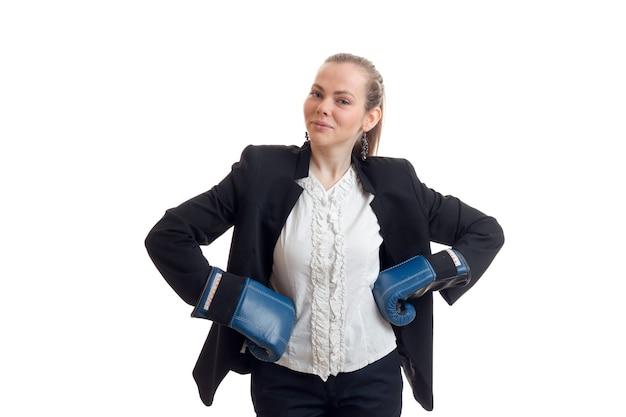 Jonge zakenvrouw hand in hand aan de zijkanten in bokshandschoenen is geïsoleerd op een witte muur