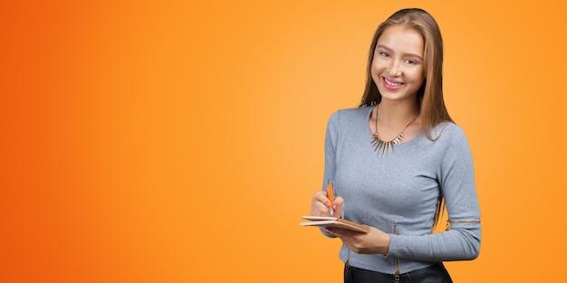 Jonge zakenvrouw het maken van notities