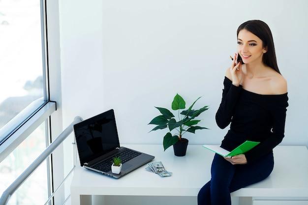 Jonge zakenvrouw houden in handen telefoon